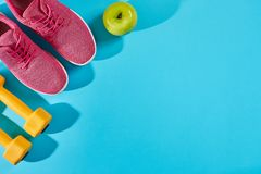 Женское взгляд сверху ботинок и оборудования спорта, космос экземпляра Активный образ жизни, концепция заботы тела Стоковые Изображения RF