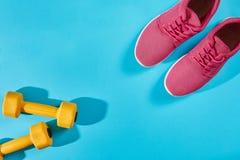 Женское взгляд сверху ботинок и оборудования спорта, космос экземпляра Активный образ жизни, концепция заботы тела Стоковое Изображение RF