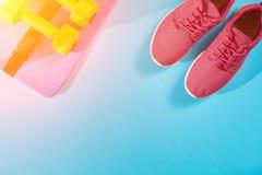 Женское взгляд сверху ботинок и оборудования спорта, космос экземпляра Активный образ жизни, концепция заботы тела Пирофакел Солн Стоковые Изображения