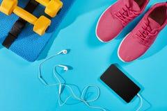 Женское взгляд сверху ботинок и оборудования спорта, космос экземпляра Активный образ жизни, концепция заботы тела Стоковое фото RF