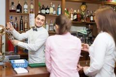 Женское выпивая вино в баре Стоковые Фото