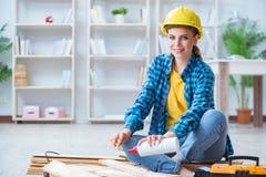 Женское вырезывание плотника ремонтника соединяя деревянные планки делая r Стоковая Фотография RF