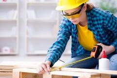 Женское вырезывание плотника ремонтника соединяя деревянные планки делая r Стоковые Изображения RF