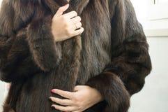 Женское естественное пальто норки стоковое изображение