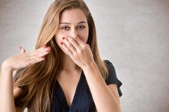 Женское заволакивание ее нос стоковое изображение rf