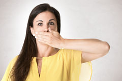Женское заволакивание ее рот стоковые фотографии rf
