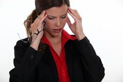 Женское исполнительное имеющ мигрень Стоковые Фото