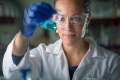 Женское научное исследование приведения в исполнение исследователя в лаборатории Стоковые Фото