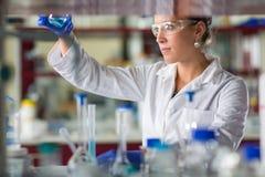 Женское научное исследование приведения в исполнение исследователя в лаборатории Стоковая Фотография