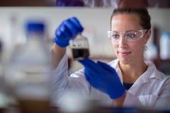 Женское научное исследование приведения в исполнение исследователя в лаборатории стоковые фотографии rf