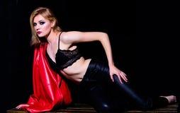 Женское нижнее белье E : женщина велосипедиста в кожаной куртке и брюках seduction сексуальная мода стоковое изображение rf