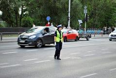 Женское полицейский контролирует автомобильное движение Стоковое Изображение RF