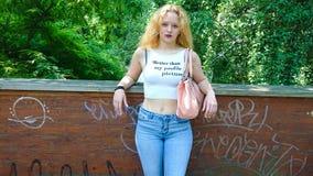 Женское предназначенное для подростков на мосте смотря на камеру стоковое изображение