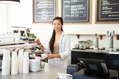Женское предприниматель кофейни стоковое фото