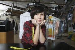 Женское предприниматель с руками на Chin в прачечной стоковые фотографии rf