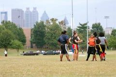 Женское приготовление уроков футболистов флага для следующей игры Стоковое фото RF