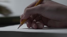 женское сочинительство руки на словах чистого листа бумаги используя карандаш Карандаш Брауна деревянный в конце-вверх руки сток-видео