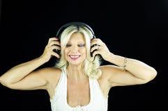 Женское танго DJ при наушники изолированные на черноте Стоковое Изображение