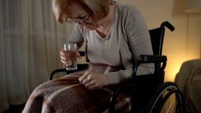 Женское терпеливое страдая заболевание alzheimers, пробуя принять медицину, отчаянную стоковое изображение