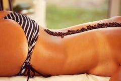 Женское тело в костюме заплывания на курорте с кофе Стоковая Фотография RF