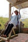 Женское туристское качание счастливо Стоковые Изображения
