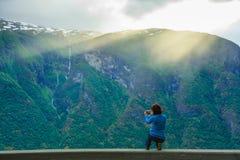 Женское туристское принимая фото на норвежском фьорде Стоковое фото RF