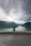 Женское туристское принимая фото на норвежском фьорде Стоковые Изображения