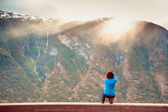 Женское туристское принимая фото на норвежском фьорде Стоковая Фотография RF