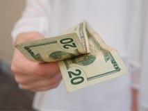 Женское удерживание руки, давая или оплачивая 40 долларов стоковые фотографии rf