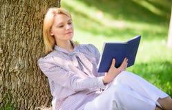 Женское улучшение собственной личности Девушка полагается на промежутке времени дерева для того чтобы ослабить в парке для того ч стоковые изображения rf