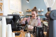 Женское barista делая кофе стоковые фото