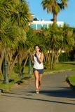 Женское ourdoor тренировки бегуна в парке стоковое фото rf