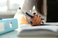 Женское phonendoscope владением руки доктора в медицинском стоковые изображения rf