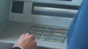 Женскому клиенту работника банка показывающ новому мужскому как работать с ATM, обслуживанием видеоматериал