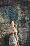 Женственная романтичная женщина представляя в крепости бара Stari старой, Черногории Загоренная женщина с длинными волосами, крас Стоковые Фотографии RF