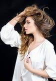 Женственная чувствительная эмоциональная женщина в шелке в студии Стоковая Фотография