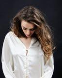 Женственная чувствительная эмоциональная женщина в шнурке в студии Стоковое Изображение RF