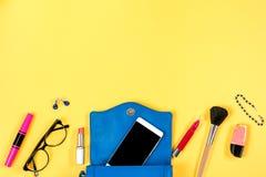 Женственное вещество на яркой желтой предпосылке, взгляд сверху Стоковые Фотографии RF