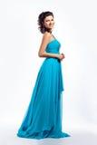 Женственно. Грациозно счастливая женщина в голубом платье стоковые фотографии rf