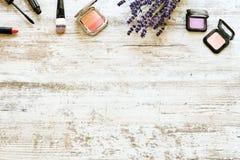Женственные косметики на деревенском деревянном столе с букетом лаванды Стоковые Фотографии RF