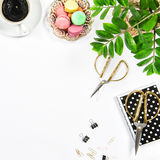 Женственный кофе рабочего места, печенья macarons, канцелярские товары Стоковое Изображение RF