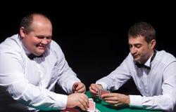 2 джентльмена в белых рубашках, играя карточках Стоковое Фото