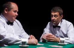 2 джентльмена в белых рубашках, играя карточках Стоковая Фотография RF