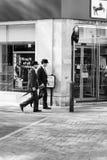 2 джентльмена одевает идти на улицу Лондона Стоковая Фотография RF
