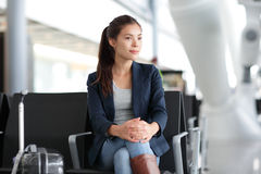 Женщина авиапорта ждать в стержне - воздушном путешествии стоковое изображение rf