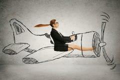 Женщина авиатора при шарф и стекла летая конструированный самолет стоковые изображения