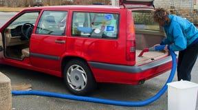 женщина автомобиля вакуумируя Стоковое Фото
