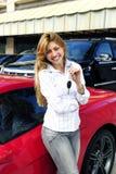 женщина автомобиля ключевая новая красная показывая Стоковое Изображение