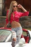 женщина автомобиля стоящая стоковые фото