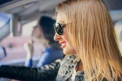 Женщина автомобиля на поездке смотря на дороге Стоковое фото RF